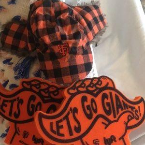 SF San Francisco Giants Fur hat and foam fingers